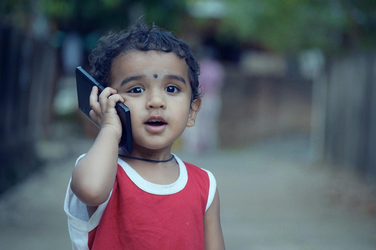 Niño con móvil Servicios Médicos de Logopedia