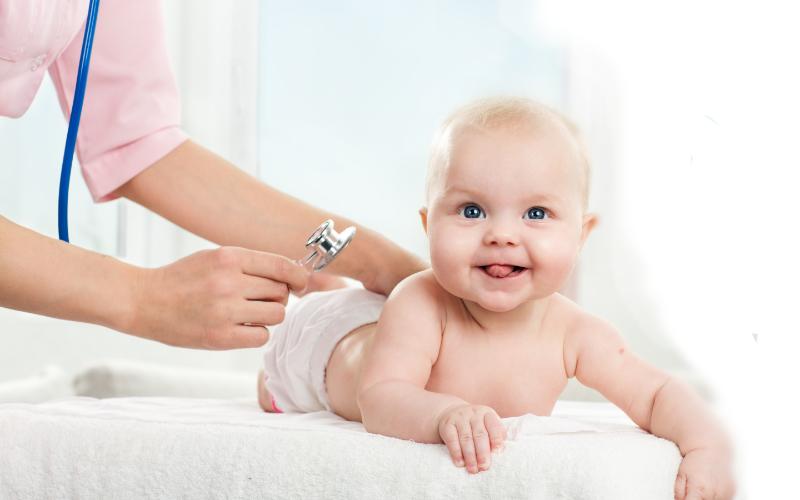 bebé con doctora calendario vacunal