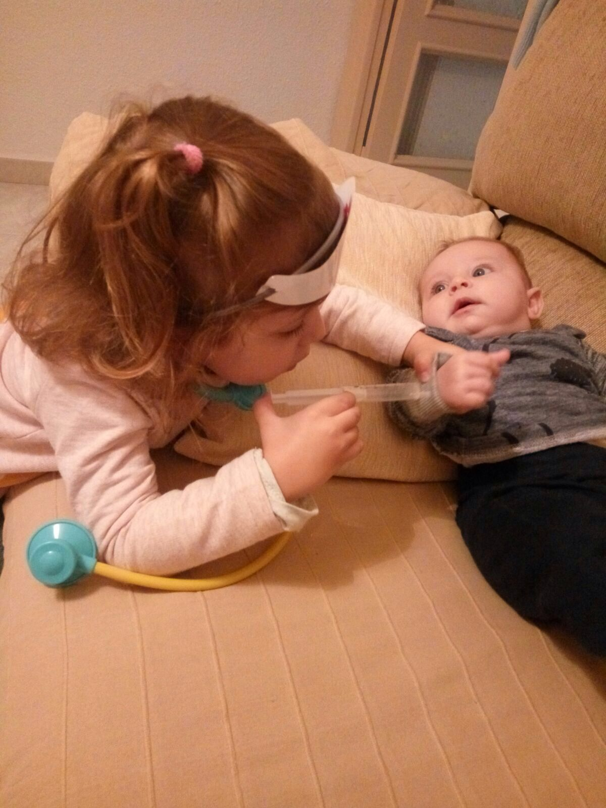 niña poniendo inyección a bebé calendario vacunal