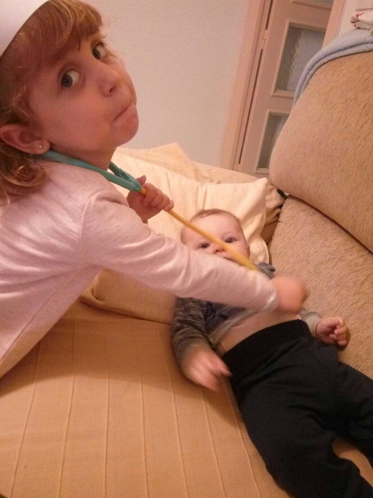 niña con bebé calendario vacunal