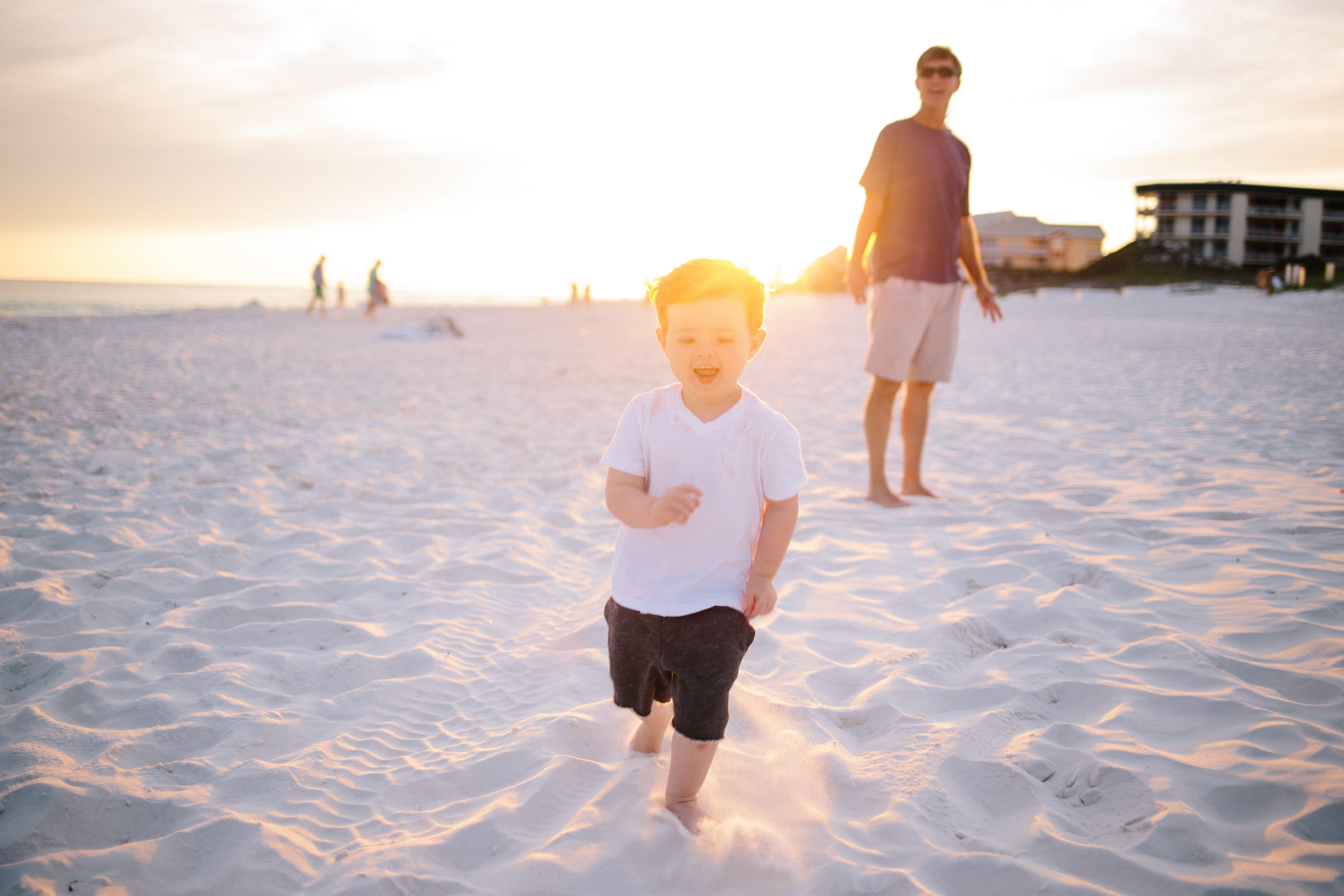 niño corriendo por la playa calendario vacunal